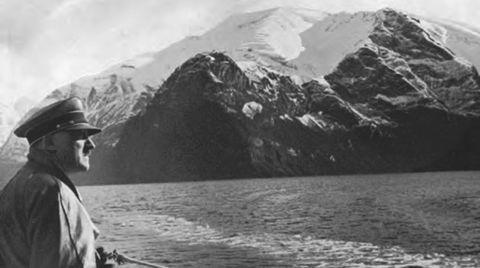 Adolf Hitler i Sognefjorden 1934, dokumentert av fotografen Heinrich Hoffmann, som fanger opp kontrastene mellom den norske naturens dramatikk og den tyske militærmaktens industrielle ressurser.