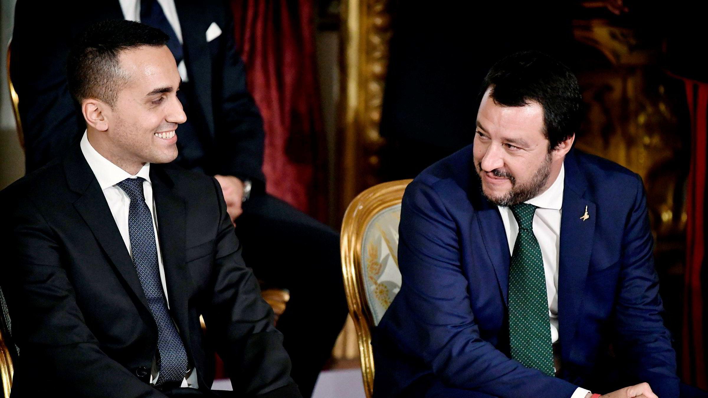 Luigi Di Maio (31, til venstre), innenriksminister og lederen for den italienske Femstjernersbevegelsen, og Matteo Salvini (45), industri- og arbeidsminister fra det høyrenasjonale partiet Ligaen ønsker ikke å stramme inn på pensjonsordningene.