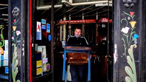 Mens verdensøkonomien er inne i en resesjon settes det nye rekorder ved Nasdaq-børsen i New York. «Pandemien har ført til merkelige konsekvenser for privatøkonomien til folk», mener sjeføkonom. Her fra Buenos Aires, hvor restauranter har stengt dørene og gir opp etter to år med resesjon og tre måneder med nedstengning av samfunnet.