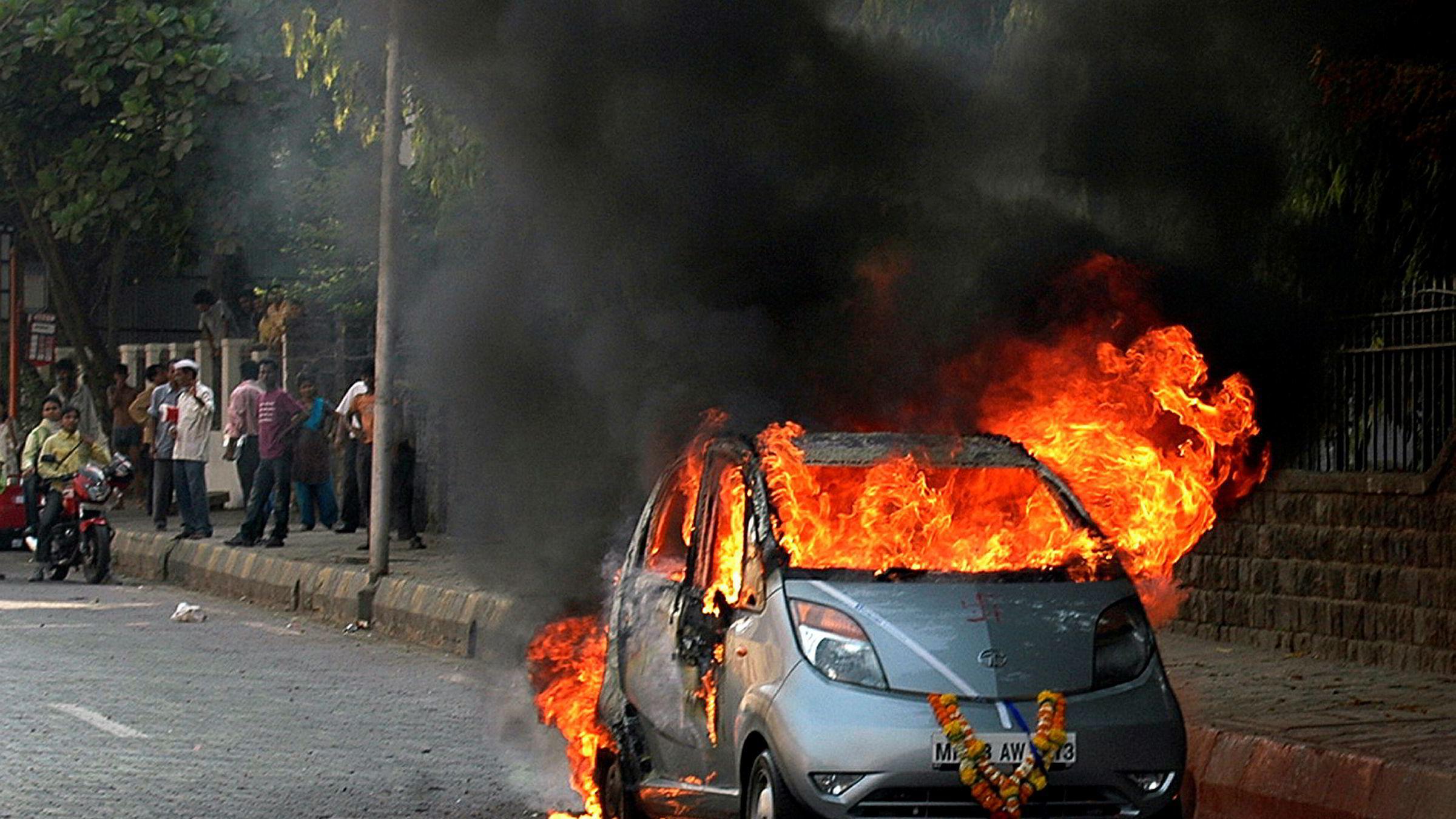 En splitter ny Tata Nano tok fyr i Mumbai i 2010 - få kilometer etter at den hadde kjørt ut fra bilforhandleren. Flere kjøpere av «verdens billigste bil» fikk samme opplevelse.