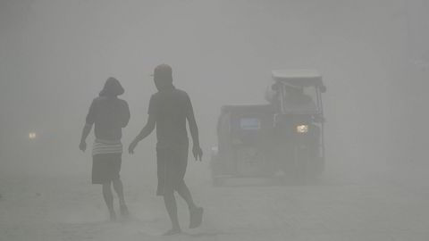Vulkanen Taal som ligger 66 kilometer fra den filippinske hovedstaden Manila, har sporadisk spyttet ut glødende lava og sendt varm aske og røyk utover et stort område siden de første utbruddene søndag.
