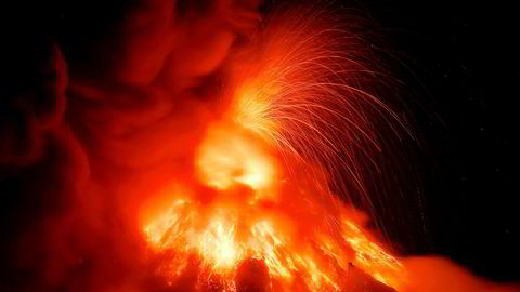 Vulkanen Mayon spyr ut lave for andre dag på rad. På det meste sto lavaspruten 700 meter til værs.