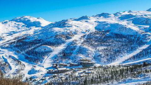 Leilighetsanlegget Skigaarden her midt i alpinbakken i Hemsedal er utviklet av Erik Teigen som slår alarm om at veldig mange sesongarbeidere i reiselivet ikke får en krone fra staten når de nå blir permittert.