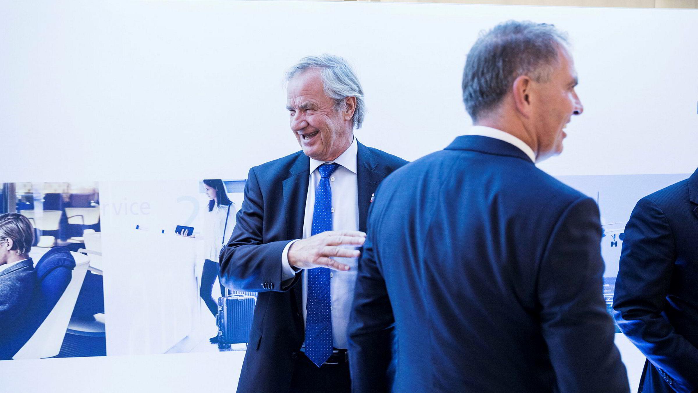 Lufthansas toppsjef Carsten Spohr (foran) hilste på Bjørn Kjos i Brussel. – Det er veldig fint for oss hvis han kjøper det, sier Kjos om Lufthansas bud på Alitalia denne uken.