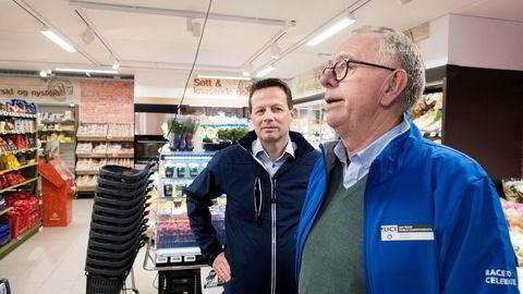 Joker, som er kjent for både distriktsbutikker og småbutikker i byene. Her er Norgesgruppens toppsjef Runar Hollevik og kjededirektør Kjell Arne Bjerkelund på besøk i en Joker-butikk ved svenskegrensen.