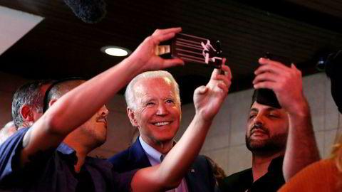 I løpet av tre døgn har situasjonen endret seg for presidentkandidat Joe Biden. Han har drevet valgkamp til siste minutt i delstaten California, hvor konkurrenten Bernie Sanders i flere måneder har ledet på meningsmålingene. Her tar Biden selfie sammen med kunder på Roscoe's Chicken and Waffles i Los Angeles tirsdag kveld.