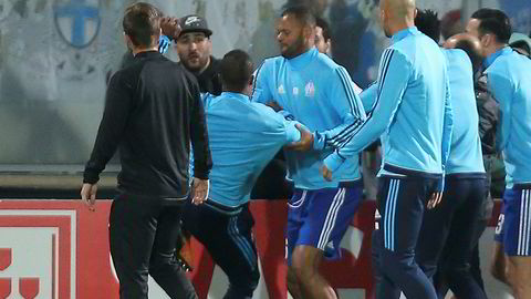 Patrice Evra (nummer to fra venstre) har akkurat langet ut et ben mot en Marseille-tilhenger.
