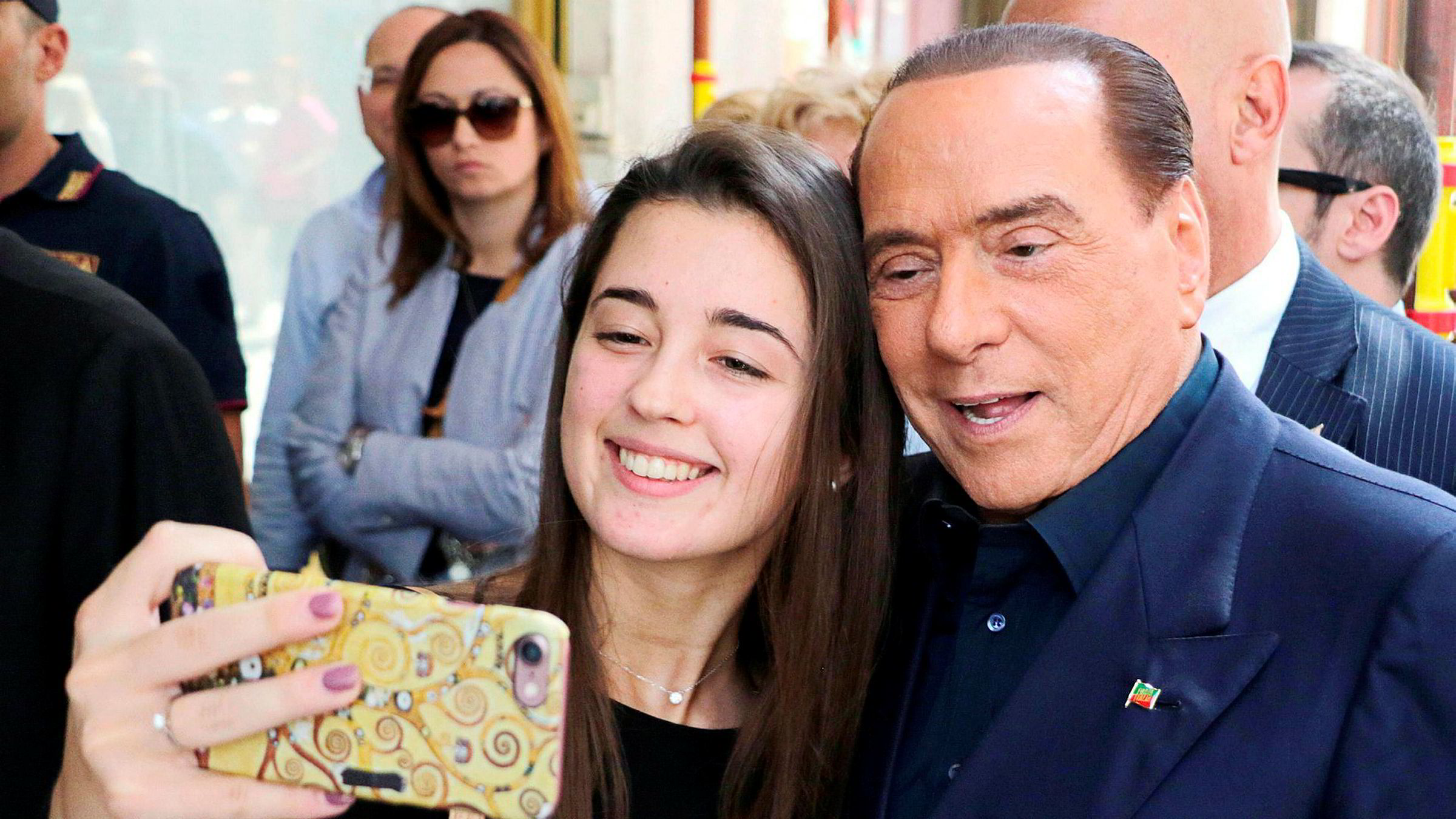 Mange italienere vil fortsatt ta en selfie sammen med Silvio Berlusconi, som langt fra er ferdig i italiensk politikk. Et nyvalg kan åpne for at han kommer tilbake som statsminister, for fjerde gang.