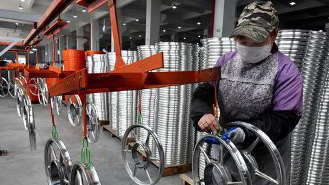 Lønnstagernes andel av bedriftenes verdiskaping – som det heter – og av hele nasjonalinntekten, ser ut til å ha en fallende tendens i de fleste land. Lønnsandelen faller i land som Japan og Tyskland så vel som USA, Kina og Norge, skriver artikkelforfatteren. Her fra en sykkelfabrikk i byen Jinhua i Kina.