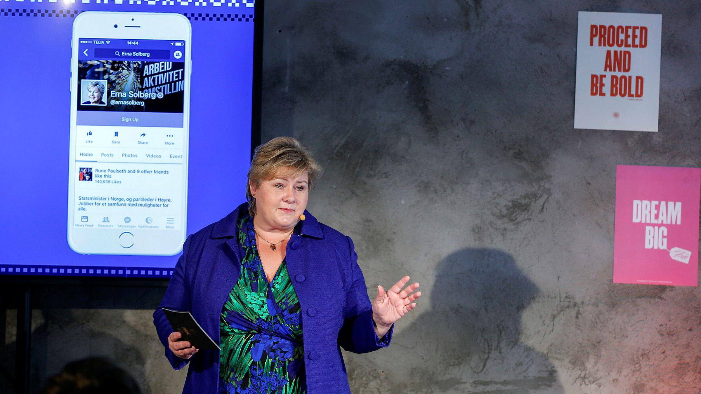 Facebook kunngjorde denne uken at i alle land der selskapet har et lokalkontor, skal inntektene føres i landet der den reelle omsetningen skjer. Her statsminister Erna Solberg under åpningen av Facebook sitt kontor i Oslo.