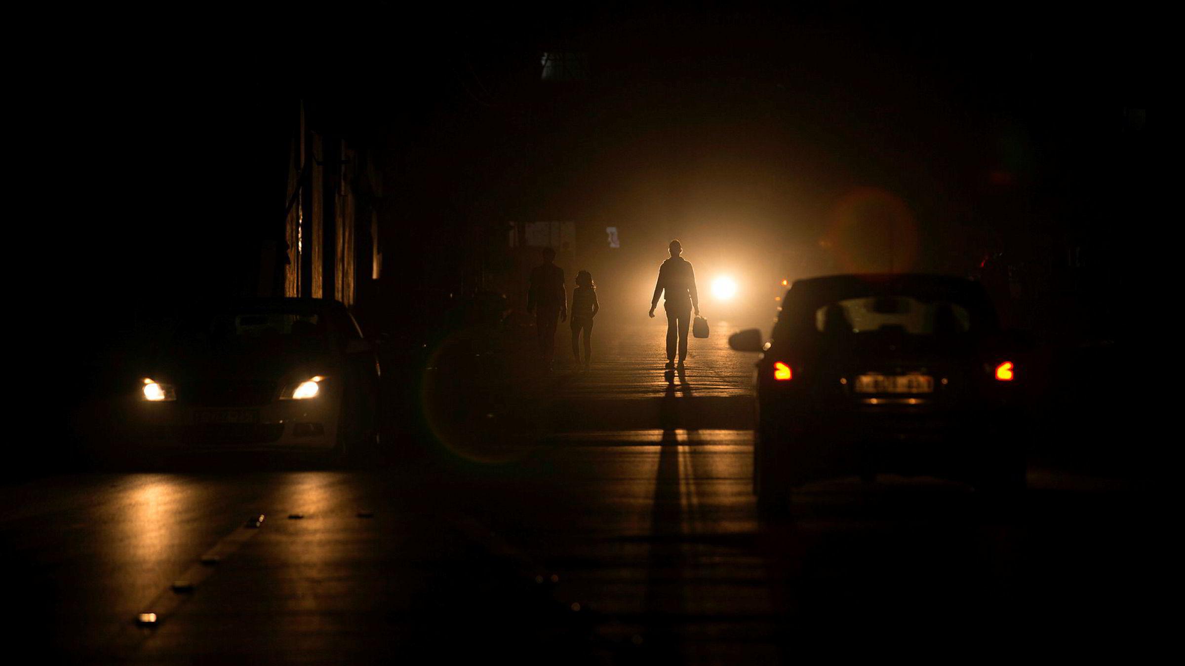 Israel har kuttet strømmen til Gazastripen. På bildet går palestinere på gaten i Al-Shati i Gaza by
