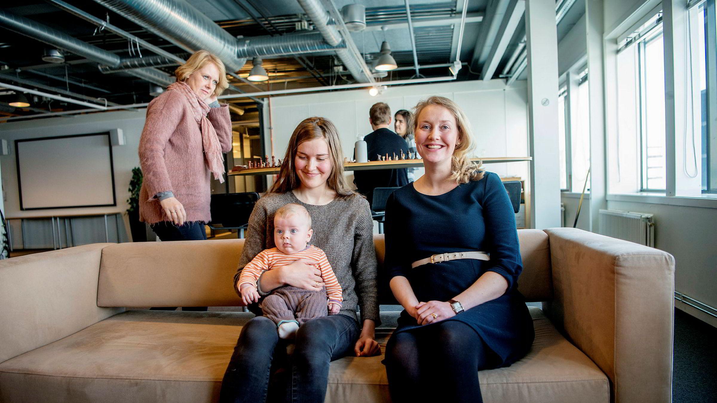 Sigrid Møyner Hohle (30) er innom jobben i Simula på Fornebu sammen med sønnen Edvard på fem måneder, og blir servert en god nyhet. Nå venter både ekstra bonus og tid til å gjøre ferdig doktorgraden. Marie Rognes (35) venter barn nummer to i mai. Sjefen deres, Marianne Aasen (bak), vil at de ansatte skal vite at hun mener det er positivt at de får barn.