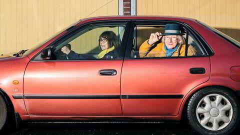 Slapper ikke av. Einar Øklands kone, Liv Marit, tok lappen da hun var 45 år gammel, hun ble nødt til det for å komme seg til jobb. – Jeg slapper aldri av når jeg kjører med henne. Holder meg så jeg ikke skal få sleng. Følger med på veien, sier han og ler