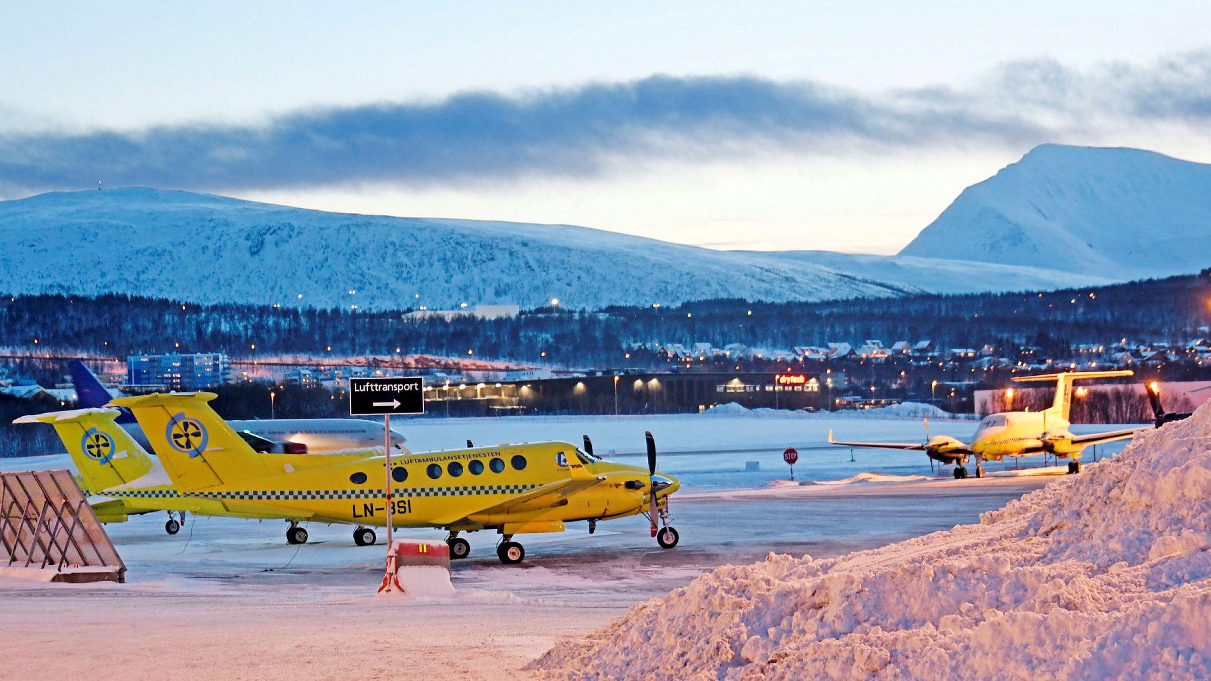 Ambulanseflyene i Tromsø har vært parkert grunnet tekniske problemer og pilotmangel denne vinteren, og denne uken møter pilotene og operatøren Babcock i tingretten i Tromsø. Her fra Tromsø lufthavn i desember i fjor.