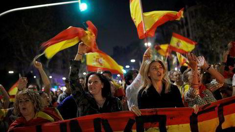 """""""Lenge leve republikken» ropte demonstranter og veivet det spanske flagget i gatene i Barcelona. Foto: Francisco Seco / AP /NTB scanpix"""