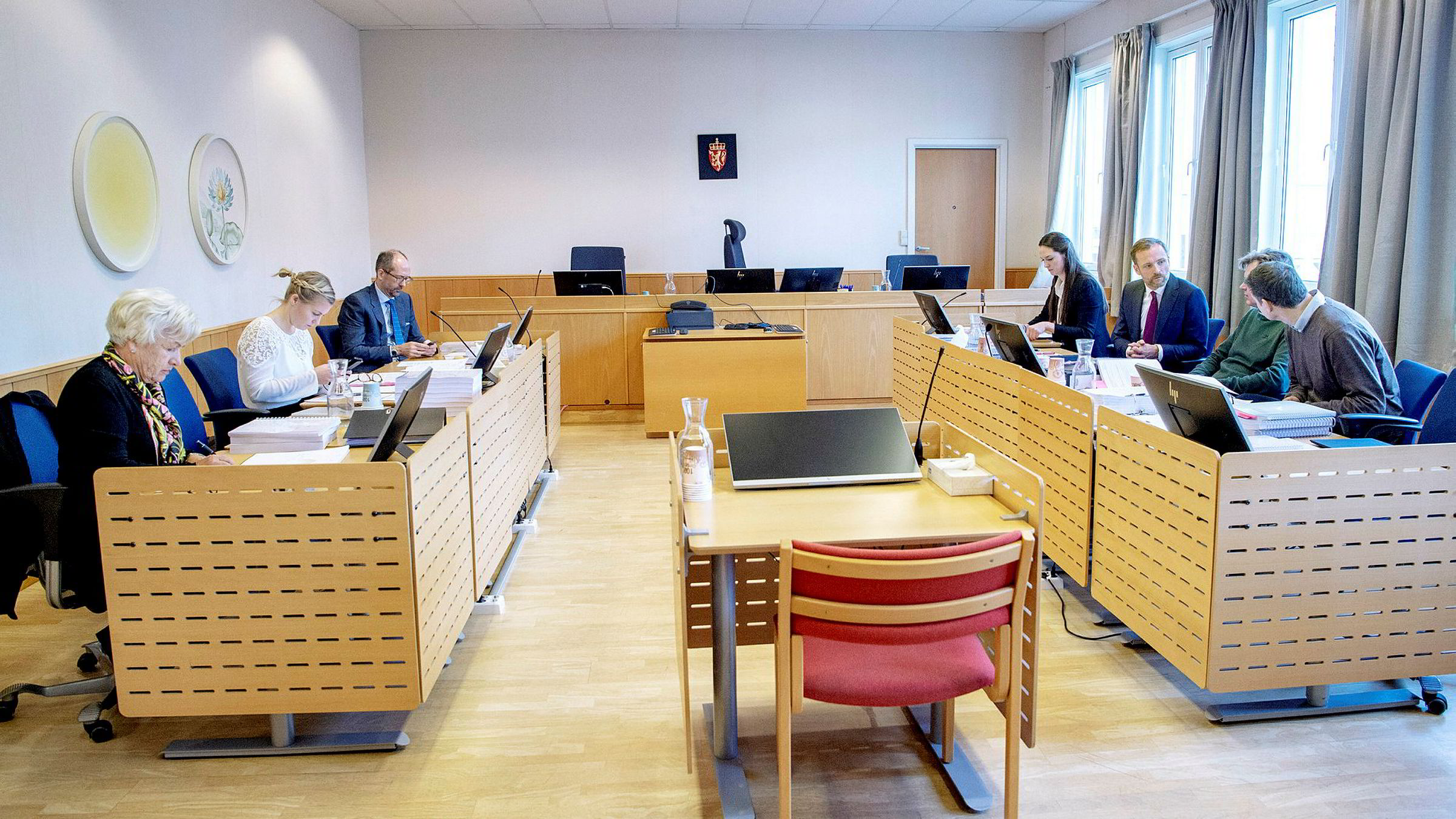 De strides om styringen av 450 millioner kroner som skal gå til lokalidrett i Sandefjord. Siden i sommer har partene møttes i fire runder i rettssalen, (fv) styreleder Laila Kval (tv), med advokatene Hildegunn Alsvik og Jan Fougner mener at  Jørn Magne Johansen (th) og Øystein Hansen (midten) har kuppet styringen av Thorbjørn Hansens stiftelse. Øverst til høyre advokatfullmektig Guro Gjerdrum og advokat Tron Dalheim.