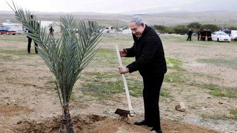 Statsminister Benjamin Netanyahu plantet et tre i den israelske bosetningen Mevo'ot Yericho på den okkuperte Vestbredden mandag. Han har ikke kommentert avsløringen om appen partiet hans bruker i valgkampen.