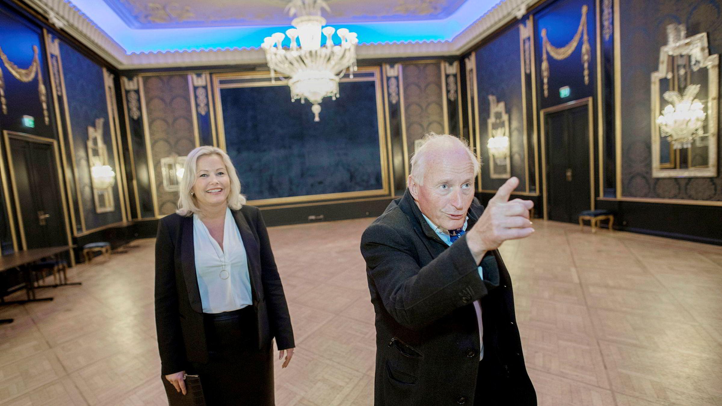 Administrerende direktør og majoritetseier Christian Ringnes i Eiendomsspar og hotelldirektør Fredrikke Næss viser rundt i nyoppussede Grand Hotel, her fra Rokokkosalen.