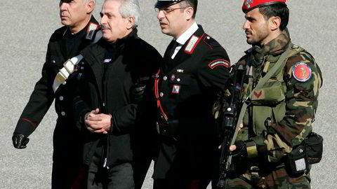 Italiensk politi pågrep tirsdag 114 medlemmer i verdens mektigste mafiabande 'Ndrangheta. Dette bildet fra 2008 viser arrestasjonen av bandens leder Pasquale Condello. Foto: Reuters / NTB scanpix