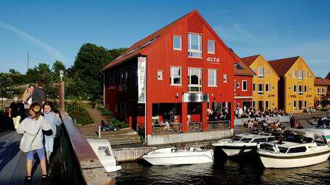 Restaurant Bølgen&Moi i Kristiansand må melde oppbud på grunn av koronasituasjonen. Her fotografert en sommerdag i høysesongen.