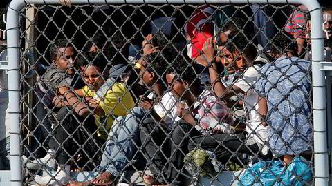 Italia vil tape stort på migrantstans, ifølge tall som ble lagt frem tirsdag. På bildet venter flyktninger på å komme i land i Catania, den nest største byen på Sicilia.