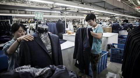 Kinas industri gir amerikanske forbrukere varer til lavere pris enn om de var blitt produsert i USA.Denne fabrikken i Jining syr dresser.