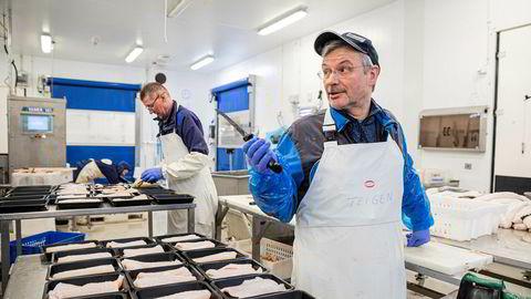 Fiskeskjærer Bjørn Helge Teigen har jobbet over 40 år med sjømat, men aldri opplevd lignende krise som nå. Karls fisk og skalldyr i Tromsø opplever en omsetningssvikt på anslagsvis 70 prosent på fersk fisk til restauranter og hoteller.