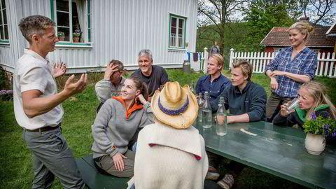 Gaute Grøtta Grav (til venstre) er programleder i TV 2-suksessen «Farmen kjendis». Her fra pressedagen med årets deltagere.