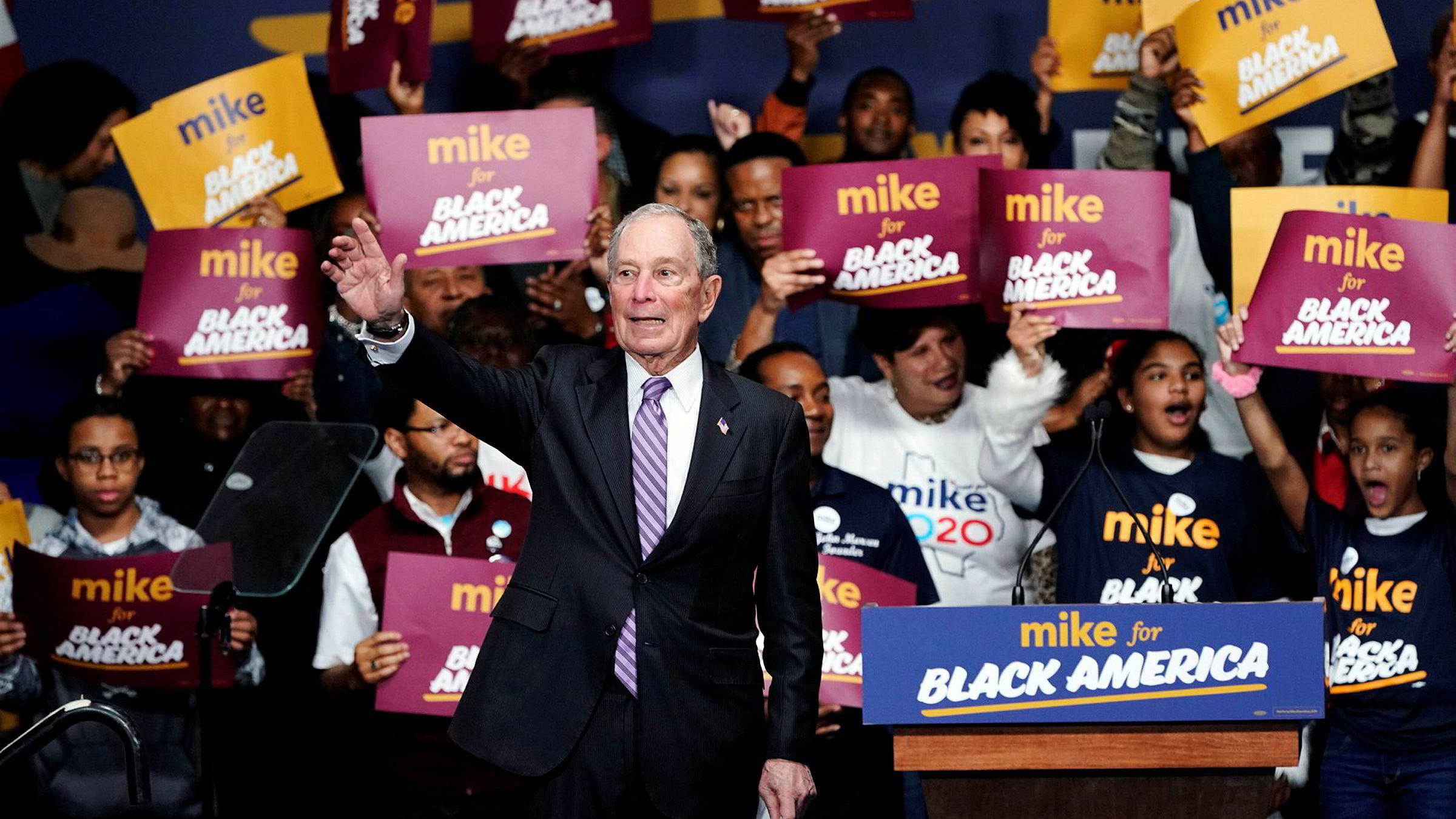 Demokratenes Michael Bloomberg er så rik at Donald Trump fremstår som en taper, ifølge artikkelforfatteren.