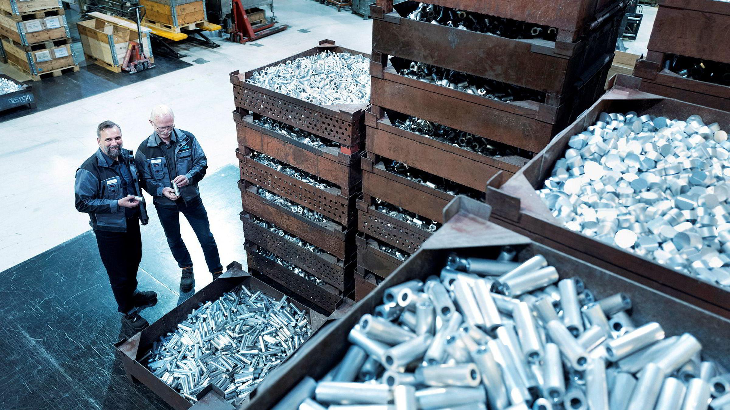 – I fjor bygget vi fabrikken ut til dobbel størrelse. Vi har investert over 130 millioner i nye lokaler og utstyr på Raufoss siden 2010, sier fabrikksjef Thomas Häfner i Steertec på Raufoss til høyre. Til høyre produksjonssjef Inge Opheim i Steertec.