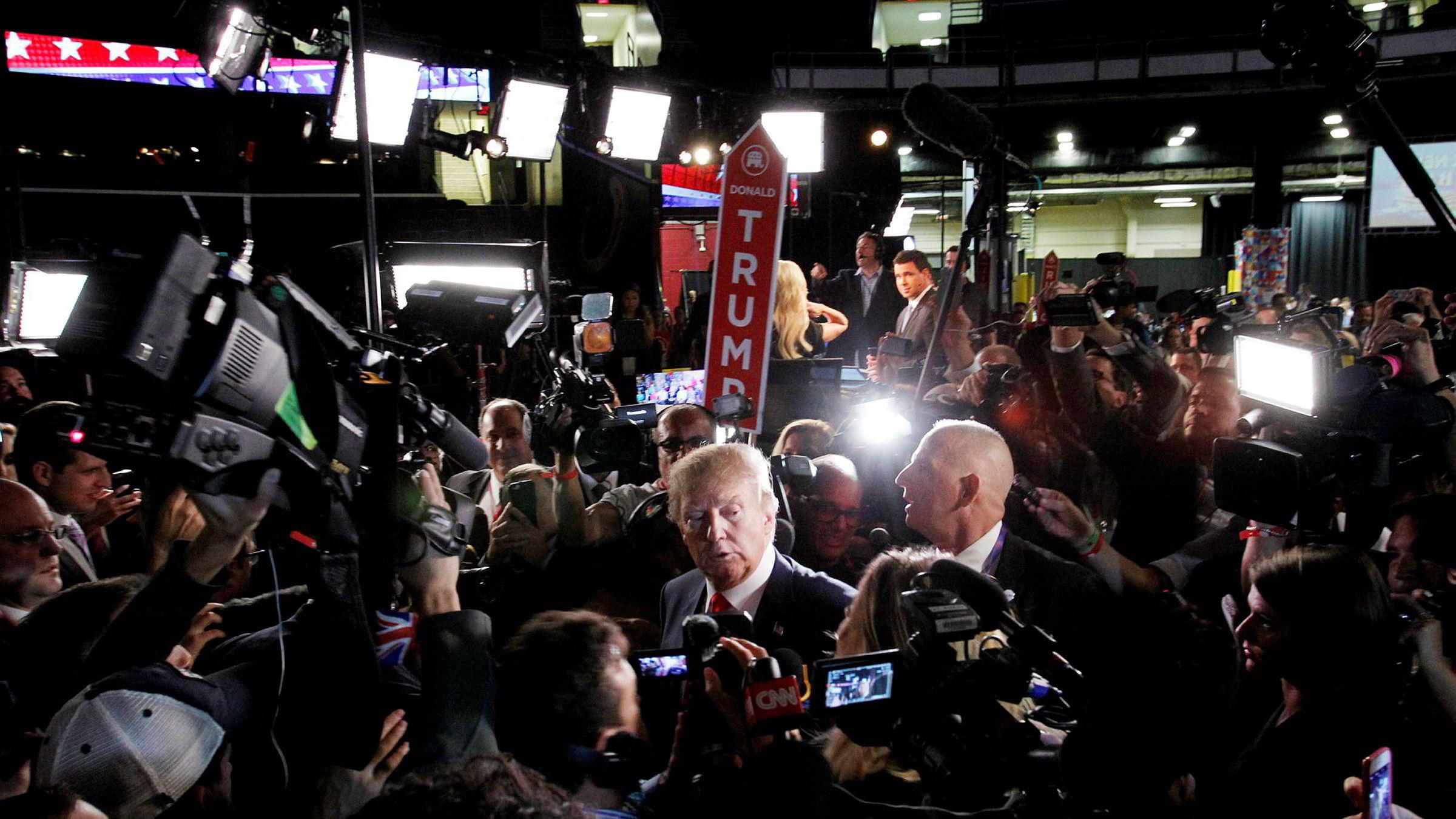 «Journalistenes naturlige og hyppig brukte kilder vil, inspirert av Brexit og Trumps seier, trolig kaste seg på den følelsesmessige kommunikasjonen, som ikke krever dekning av påstander. Skal redaksjonene møte dette med konfrontasjon og nødvendig faktasjekk?» spør innleggsforfatteren. Bildet viser Donald Trump omgitt av journalister i august.