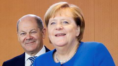 I Tyskland har finansminister Olaf Scholz iverksatt en undersøkelse av hvorvidt det er mulig å forby bankene ved lov, å innføre negative innskuddsrenter for kunder med mindre enn 100 000 euro på bok. Her sammen med Kansler Angela Merkel.