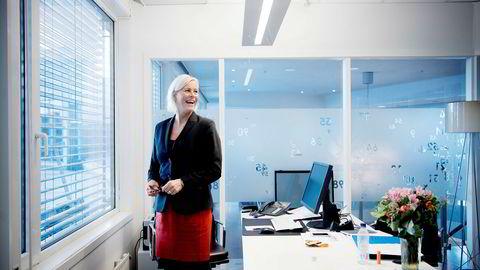Tone Lunde Bakker har hatt fem arbeidsdager som leder for Swedbank Norge på Aker Brygge i Oslo. Hun sier banken må bli mindre avhengig av oljerelaterte bransjer.