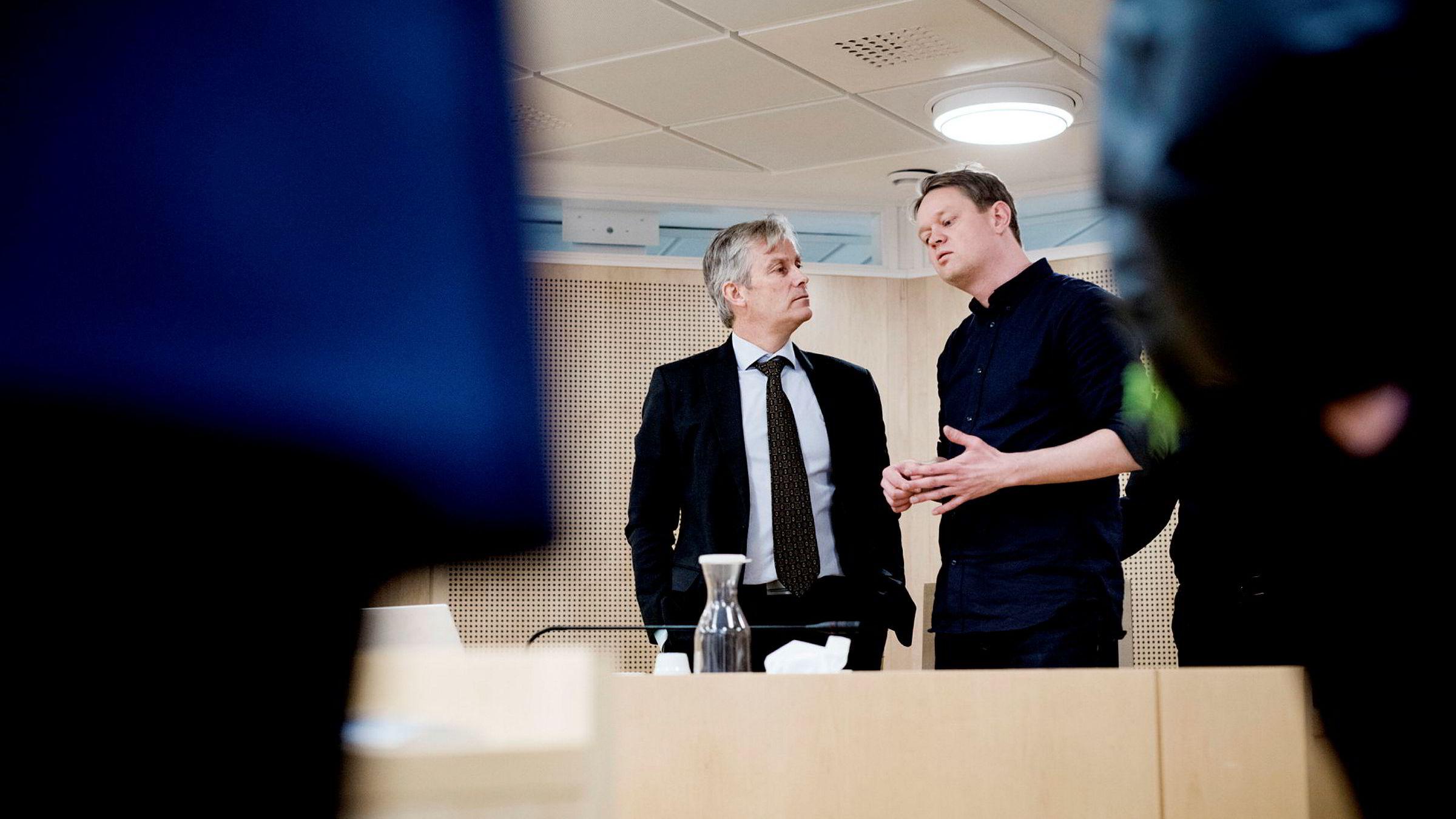 Henrik Huseby (til høyre) og advokat Per Harald Gjerstad vant saken mot Apple, hvor Apple hevdet at 63 Iphone-skjermer Huseby hadde importert som reservedeler var piratkopier.