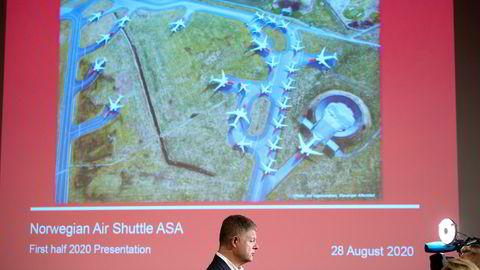 Norwegian-sjef Jacob Schram ble akkompagnert av mange parkerte fly på Stavanger lufthavn Sola på skjermen da han la frem et nytt milliardunderskudd fredag morgen. Det er usikkert om Norwegian klarer å selge de største flyene – Boeing 787 Dreamliner.