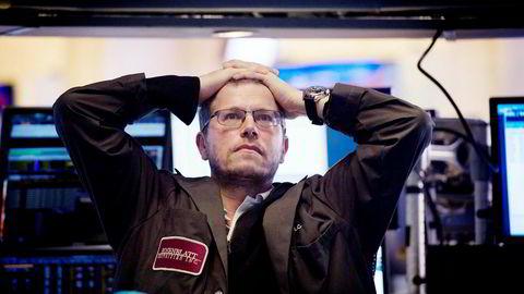 I det sluttsignalet går på New York-børsen mandag konstaterer en aksjetrader på børsgulvet at Dow Jones-indeksen til slutt endte ned 4,6 prosent.