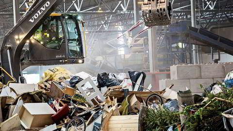 God behandling av avfall er å ta vare på og foredle ressurser, samtidig som innbyggerne sikres mot helse- og miljøfare, sier forfatteren. Her fra Norsk Gjenvinnings anlegg på Haraldrud i Oslo.