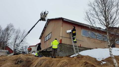 Telenor-selskapet Norkring og NRK setter opp over 250 dab-sendere i tillegg til dem som var montert da dab-nettet ble rapportert «ferdig utbygd» i 2014. Mange av dem er småsendere lik den som monteres på dette bildet.