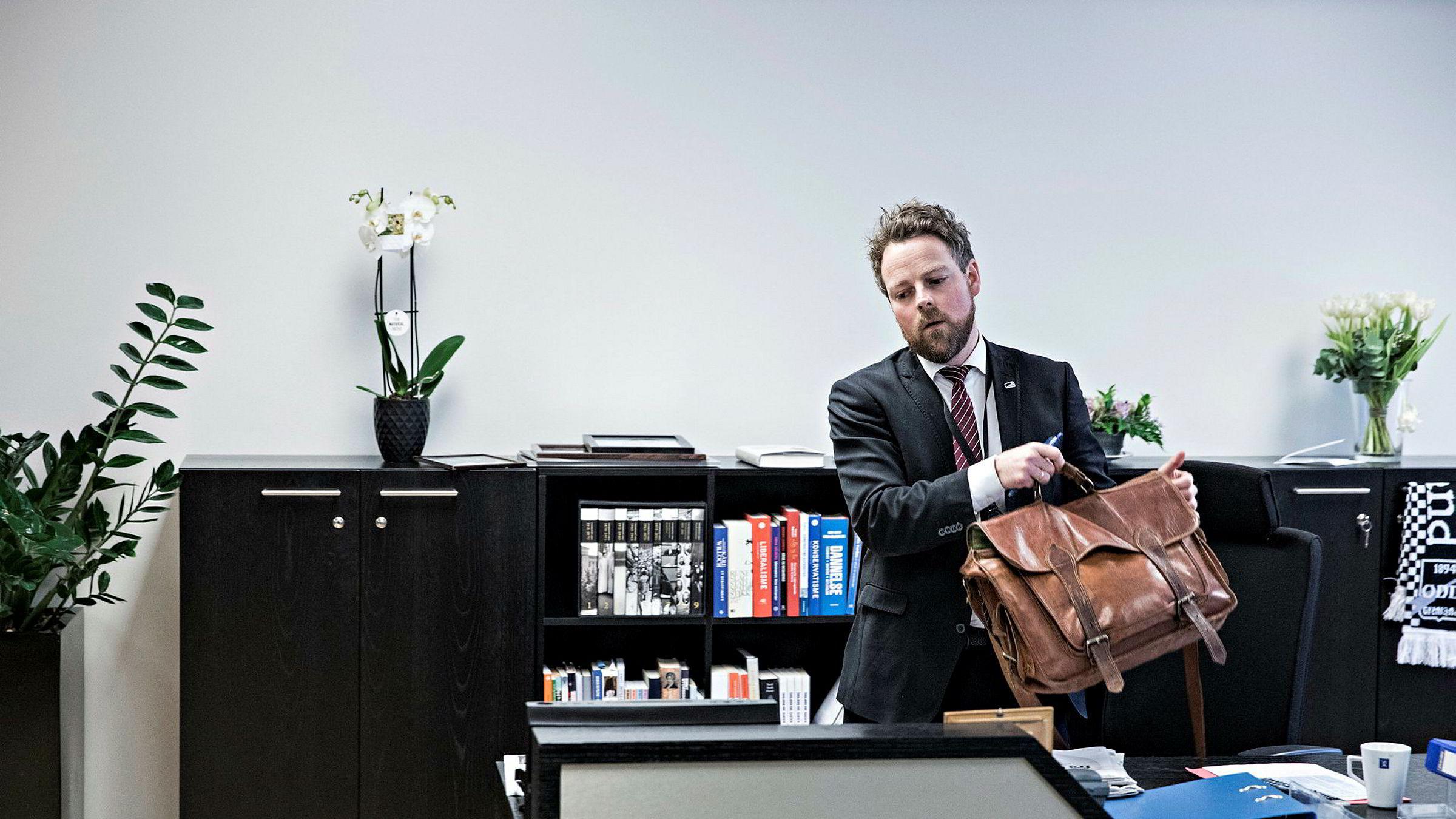 Næringsminister Torbjørn Røe Isaksen har nettopp «flyttet» inn på nytt kontor. De siste ukene har han tenkt mye på varslingssakene i Høyre – og sin egen rolle gjennom årene.