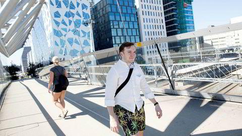 Marius Kristoffersen (27) skulle egentlig begynne hos Deloitte (bygning til venstre) i august, men det er blitt utsatt til januar. Flere nyutdannede opplever utsatt oppstart ved bedrifter på grunn av koronaviruset.