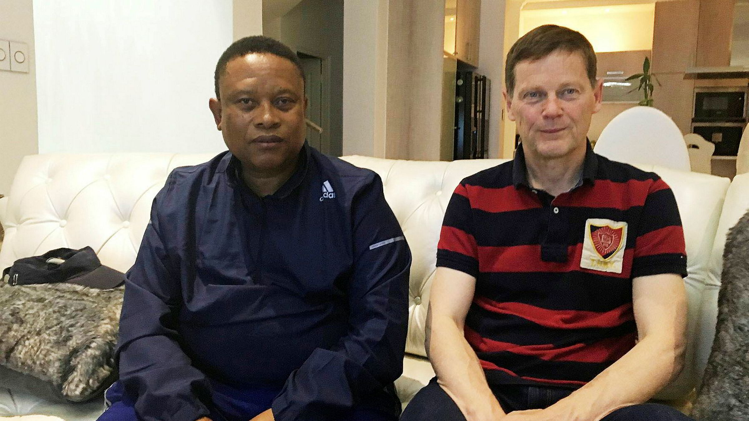 Tidligere fiskeriminister i Namibia Bernhard Esau (til venstre) sammen med Samherji-eier Þorsteinn Már Baldvinsson. Baldvinsson er nå tilbake som konsernsjef i Samherji for å styre selskapet gjennom koronakrisen.