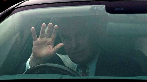Britiske prins Andrew forlater hjemmet sitt i Windsor torsdag. Prinsen får hard medfart i britisk presse etter et BBC-intervju om anklagene om at han skal ha hatt sex med en av kvinnene som ble seksuelt utnyttet av prinsens venn Jeffrey Epstein. Foto: PA via AP / NTB scanpix