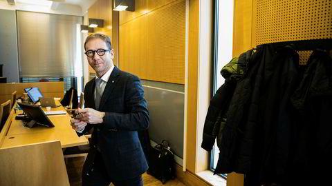 – Min klient mener at dette ikke har vært utpressing, men at det er snakk om vanlige forretningslån og kreditter, sier advokat Rasmus Dannevig Woxholt som er forsvarer for den heleri- og underslagstiltalte bonden i Gartnerhallen-saken.
