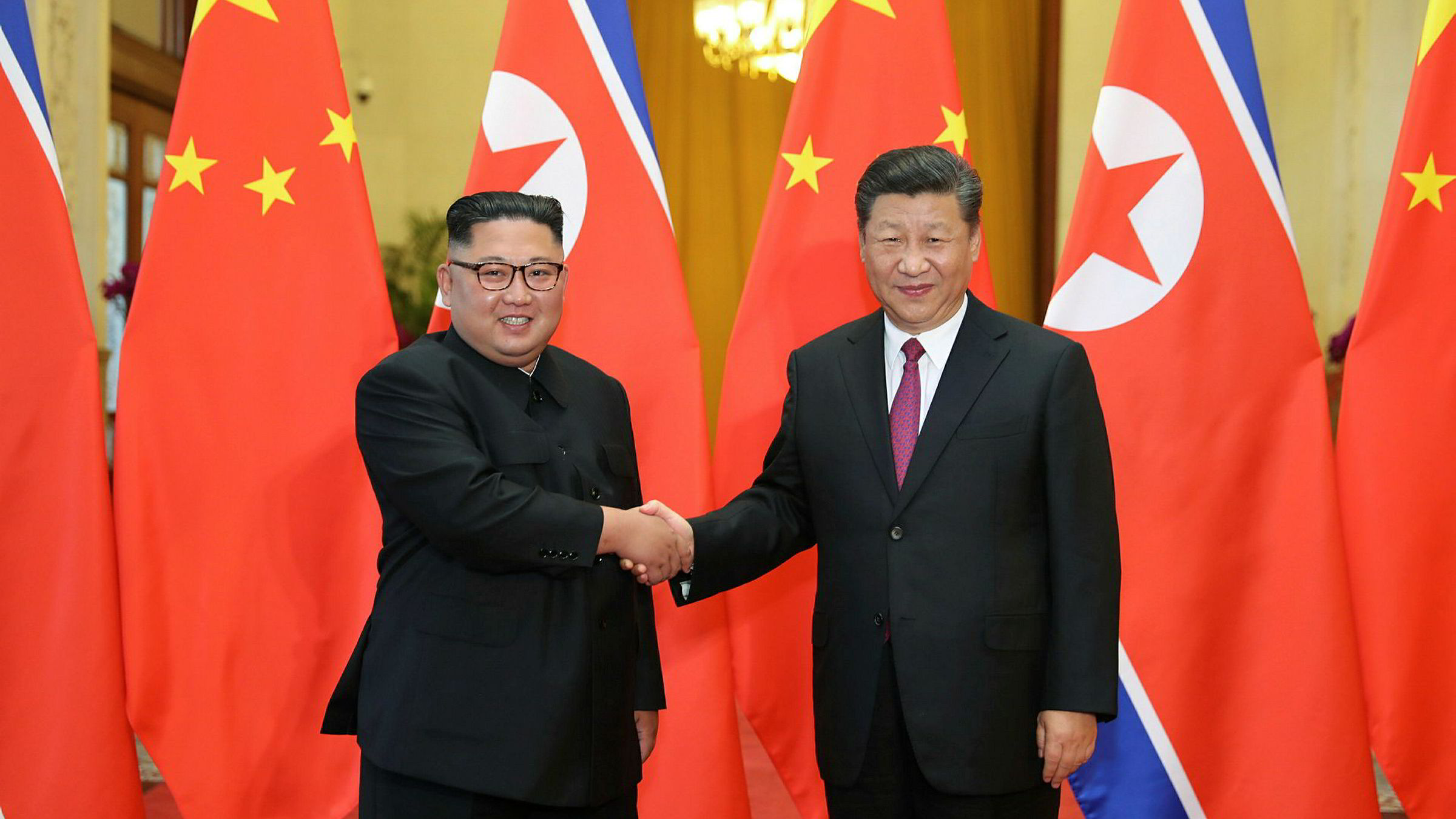 Til tross for smil og vennlig tone da Kinas president Xi Jinping og Nord-Koreas leder Kim Jong-un møttes i Kina i juni, har kinesisk handel med nordkoreanerne sunket drastisk det siste året. Eksporten har falt elleve måneder på rad, mens importen har falt i ti måneder på rad.