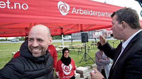 – Folk skal merke allerede første dag at det blir forandring og forbedring i arbeidslivet, sier Aps Arild Grande (til venstre). Her på stemmejakt i Verdal i 2017 sammen med LO-sjef Hans-Christian Gabrielsen og Fatima Almanea.