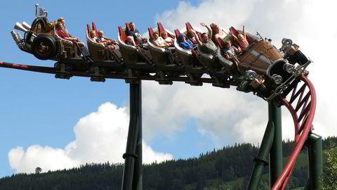 Berg-og-dal-banen Il Tempo Extra Gigante i Hunderfossen Familiepark er stridens kjerne. Retten skal ta stilling til hvorvidt berg-og-dalbanen er modellert etter Kjell Aukrusts originaltegninger av bilen eller Ivo Caprinos filmversjon av Il Tempo Gigante.