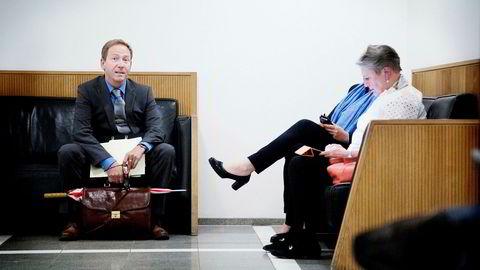 Advokat Rasmus Dannevig Woxholt (til venstre) fra Advokatfirmaet Elden forsvarer den tiltalte bonden, advokat Berit Reiss-Andersen forsvarer den Gartnerhallen-ansatte. Bildet er fra gangen utenfor rettsmøtet som ble holdt i saken i juni.