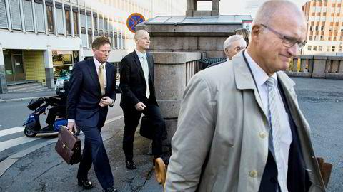 Are Abrahamsen, tidligere Kristiansen, til venstre skulle ha møtt i retten tirsdag, men er blitt lagt inn på sykehus i Moskva. Faren Ingolf Kristiansen, som også er tiltalt, var sammen med sin advokat Erling O. Lyngtveit, til høyre.