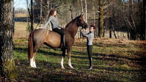 Alexandra og Kristin Andresen med dressurhesten Belamour, her avbildet i 2013.