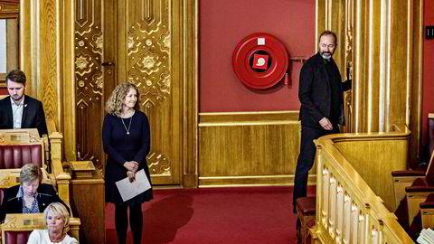 På vei ut av stortingssalen snudde Trond Giske seg og smilte i retning partifelle Tuva Moflag, som ventet på å slippe til med et spørsmål til statsministeren.